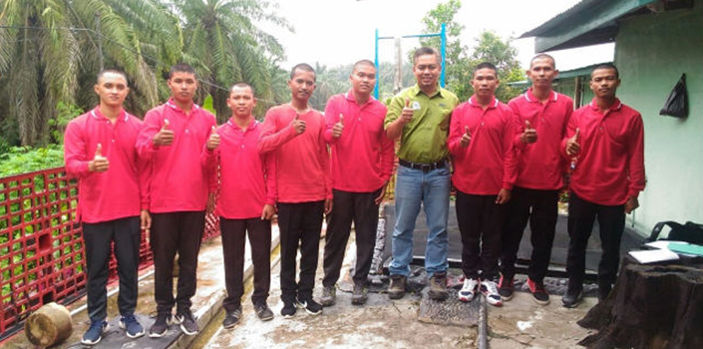 RER Estate Manager Edy Supraitno with newly selected Forest Protection Guards from local communities to work on RER concessions on Kampar Peninsula.